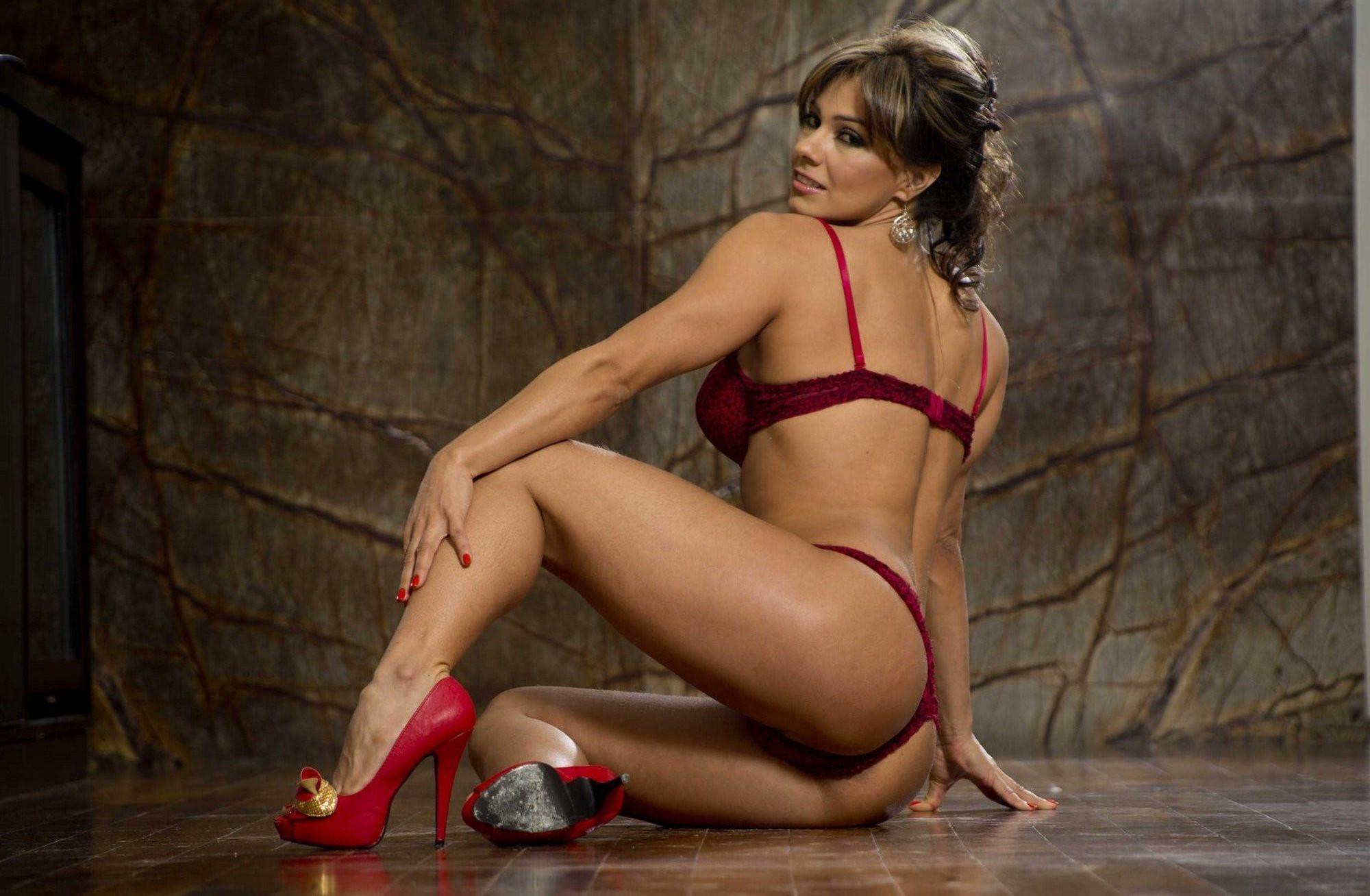 amazing mature super woman in red hot bikini 1 2000x1308